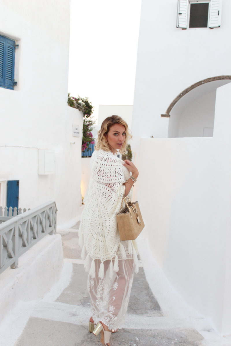 All White Outfit mit Spitze, Cardigan, Mules und Strawbag